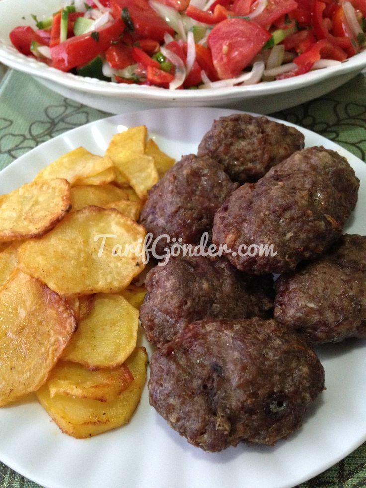 Fırında Köfte Patates için gerekli malzemeler: Köfte için gerekli malzemeler: 500 gr az yağlı Kıyma 2 adet orta boy kuru soğan 1 tatlı kaşı