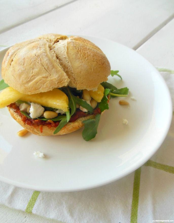 Broodje tomatentapenade, geitenkaas en perzik