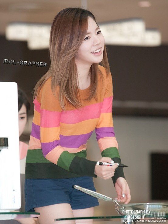 SNSD Sunny wearing a lovely colourful jumper