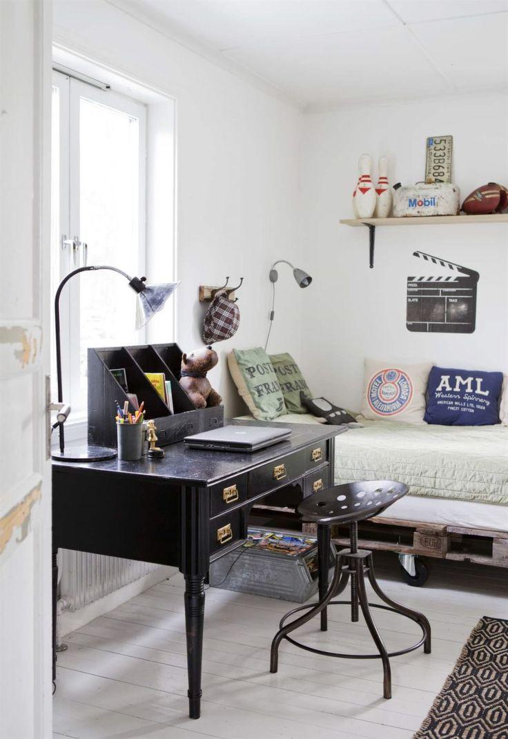Vintage! Fint rum med säng av lastpallar och äldre skrivbord med stol i riktig industristil.