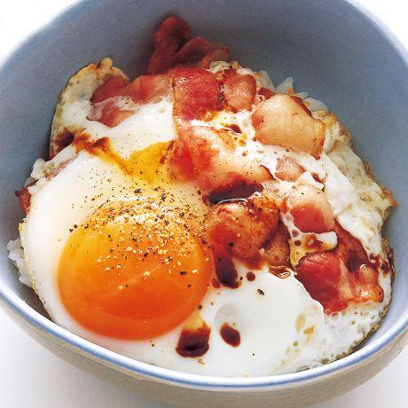 レタスクラブの簡単料理レシピ しょうゆをたらしてご飯にピッタリ「目玉焼き丼」のレシピです。