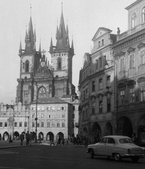 Pohled na Týnský chrám (260) • Praha, září 1959 • | černobílá fotografie, Staroměstské náměstí |•|black and white photograph, Prague|