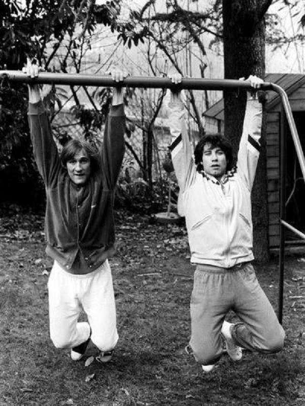 Billy Clinton et Hillary dans leurs jeunesse Gérard Depardieu etJohn Travolta Angelina Jolie avec ses parents Angelina Jolie a l'âge de 5 ans Angelina Jolie avec son père Jon Voight en 1986  Cl…