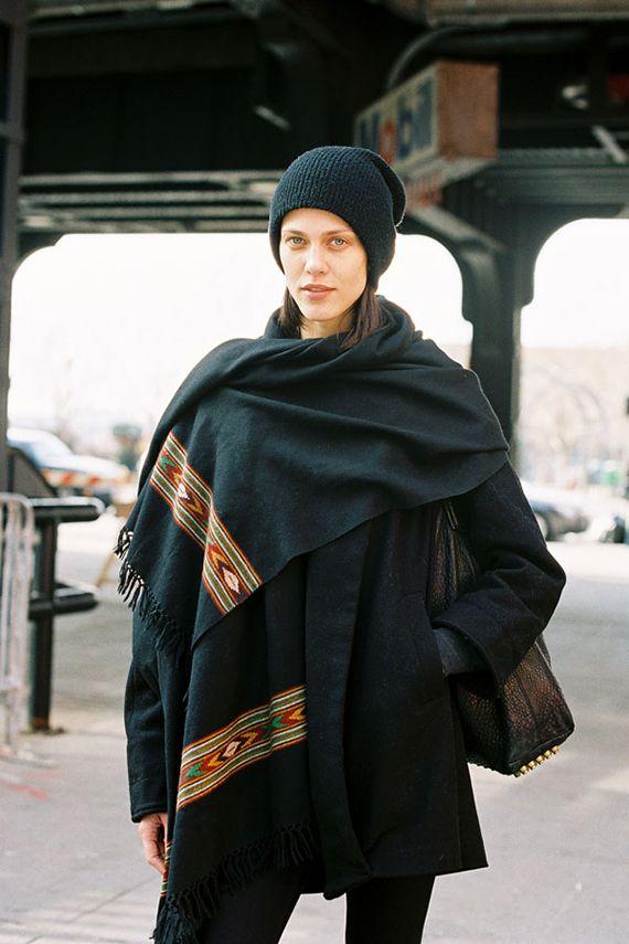 SOM ET PLEDD: Den franske modellen Aymeline Valade pakker seg inn i et stort skjef når hun går fra visning til visning. Legg merke til det e...