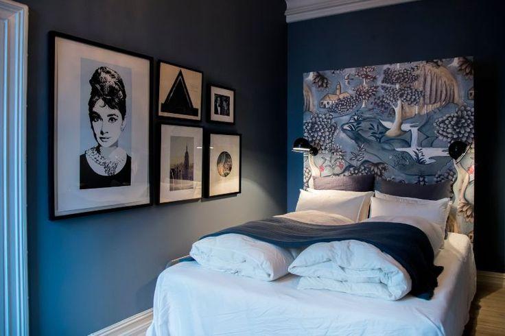 SVALT: Mørke blåtoner gjør seg på soverommet. Bak sengegavlen skjuler et klesskap seg. Gavlen er tapetsert med tapet fra Zoffany. (Foto: Junge, Heiko / NTB scanpix)
