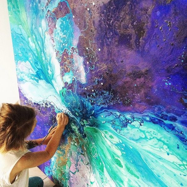 スウェーデン出身のアーティスト、Emma Lindström(エマ・リンドストローム)さんは、人間が内面に秘めている感情を海のような模様で描く。 さまざまな色が混ざり合うマーブル模様は、移りゆく人間の複雑な心模様そのもの。 その神秘的な美しさには、思わず息を呑む。 ディープブルーの中に、太陽をリフレクトしたよ