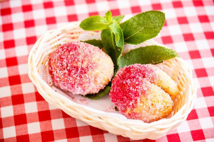 Печенье «Персики»     Это яркое печенье знакомо многим. Начинка для него может быть самой разной — джем, вареная сгущенка, густой заварной крем, но неизменно одно: песочные персики выглядят шедеврально! И, конечно, они очень вкусные!