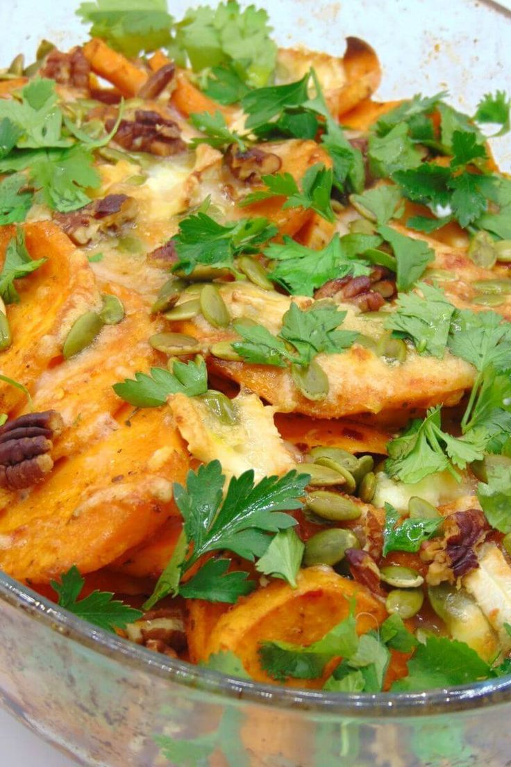 Boniato al horno gratinado con queso de cabra - Tasty details Cilantro, Thai Red Curry, Tasty, Ethnic Recipes, Food, Gratin, Goat Cheese, Spice, Salads