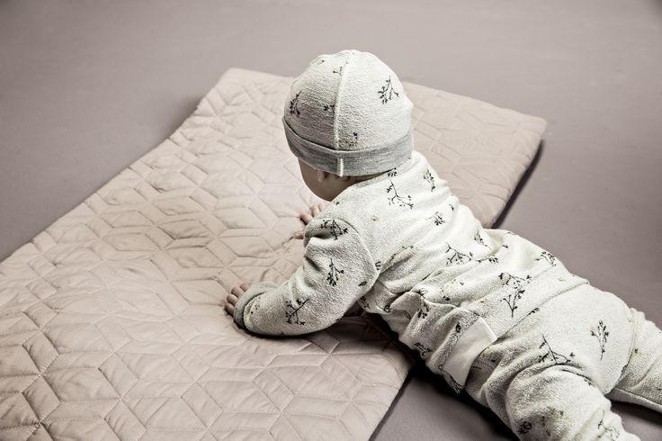 Crèmekleurige broek, trui en mutsje bedrukt met bloemetjesprint. #Noppies