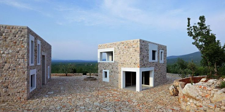 Загородный дом S (Country House S) в Боснии и Герцеговине от DVA Arhitekta. Этот жилой комплекс построен в удалённой, мало обитаемой горной части Боснии и Герцеговины на участке площадью 350 соток, ограниченном мощными каменными стенами. Комплекс состоит из шести зданий, разбитых на три функциональных блока. У входа расположены домики охраны и управляющего, далее участок поднимается вверх, где на самой высокой точке расположены главный дом, гостевой дом и летний дом. Чуть в стороне есть…