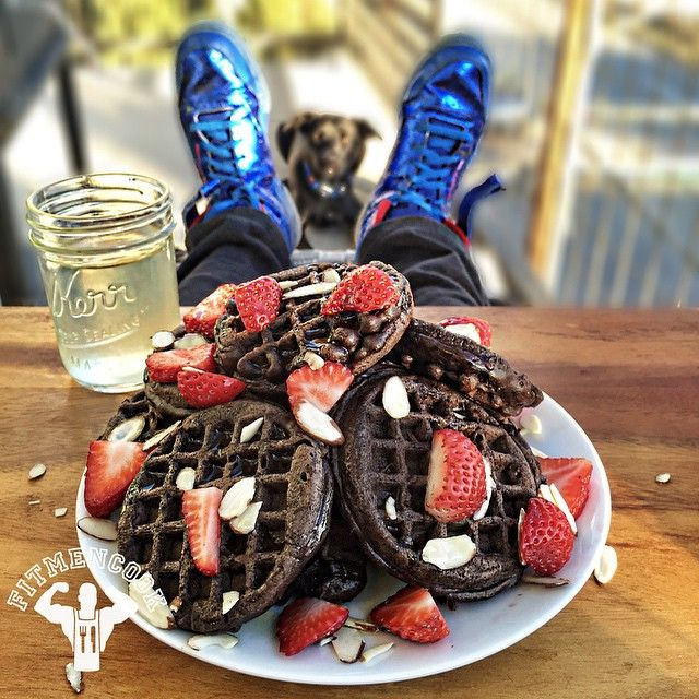 Keeping it simple yet interesting with these dark chocolate oat protein waffles using @labradanutrition ISO Lean Pro. Believe it or not, these took 10 minutes to make and I only used 4 ingredients for 2 servings: 1 egg & 3 egg whites, 1.5 scoop Labrada ISO Lean Pro, 2/3 cup oat flour, 1 tbsp almond milk. Toss everything in a bowl (with 1 tsp baking powder), mix and pour on the waffle iron. Approx macros per serving: 324 calories, 37g protein, 26g carbs, 7g fat, 4g fiber, 0g sugar. Video…