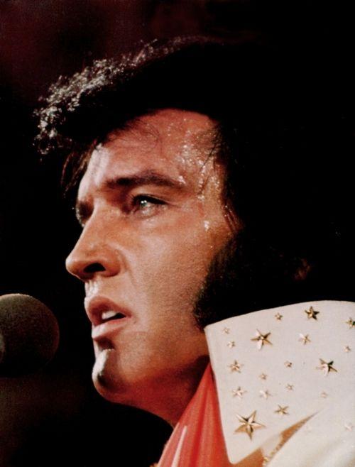 """Elvis singing """"I'll Remember You"""". Dat is ook zo'n mooi nummer, je hoort ook hoe Elvis dit zingt, dat komt echt wel binnen hoor, wat een stem! .................lbxxx."""