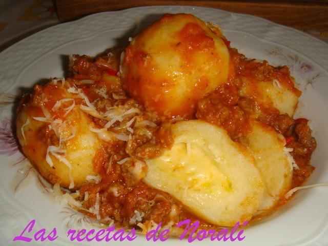Ñoquis de papa rellenos de mozzarella. Ver Recetas: http://www.mis-recetas.org/recetas/show/8985-noquis-de-papa-rellenos-de-mozzarel