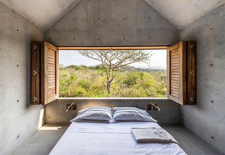 Me gusta la simplicidad del concreto en esta recámara, y la ventana hacia el exterior y la naturaleza casi entra al lugar con todo su esplendor