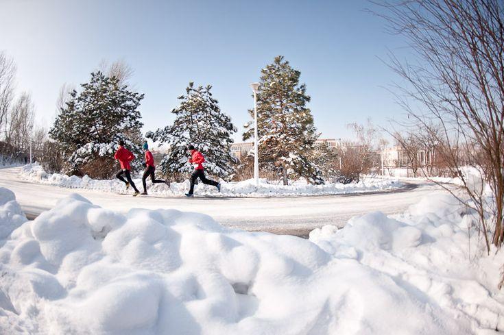 Partea a doua a unui articol despre cum să alergi în perioada iernii. Cum să te echipezi Regula de bază este să porți mereu trei straturi de echipament. Cu toate acestea, evită să te încotoșmănezi,…