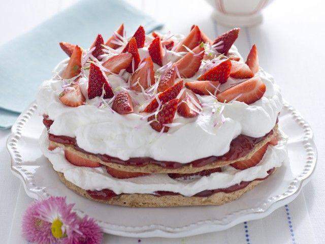 Torta dacquoise con panna e fragole