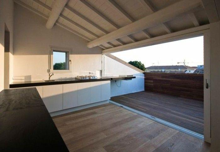 une cuisine ouverte sur une tropezienne terrasse non aménagée avec vue sur les combles, paysage urbain