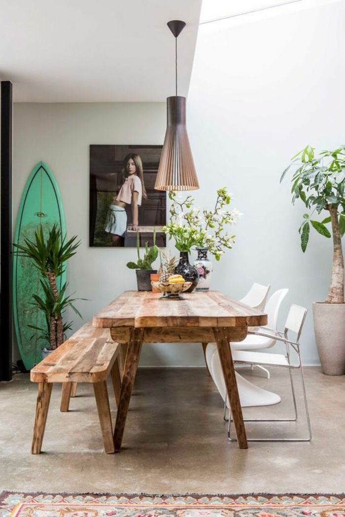 déco salle à manger, table en bois brut, banc dans la salle à manger, fleurs sur la table, plantes vertes