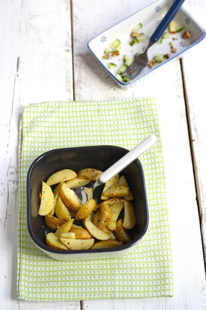 Deze knoflookaardappeltjes kun je bij een heleboel gerechten serveren, bijvoorbeeld bij een lekker stukje vis of bij een hamburger van de barbecue.