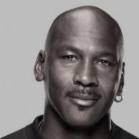 Michael Jordan est le plus grand joueur de basket de tous les temps selon la NBA. Il a cinq trophées de meilleur joueur de la saison, dix sélections dans l'équipe première des meilleurs joueurs de la ligue et neuf dans l'équipe première des meilleurs défenseurs de la ligue, quatorze apparitions