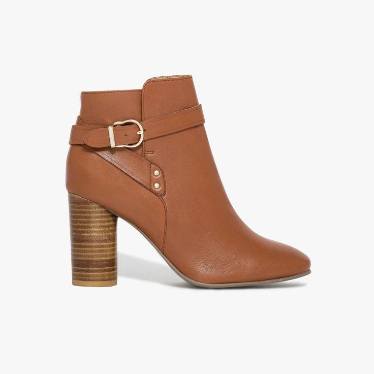Boots coloris brique en cuir souple talon rond   Un boots très confortable et féminin avec sa boucle dorée et sa fermeture plume. Son talon lamellé cuir et rond lui donne un charme supplémentaire. Ce boots possède la technologie brevetée Bocage Innovation, ainsi votre chaussure s'adaptera aux largeurs de votre pied et vous garantira un bien-être inédit. Talon : 8.5 cm.   •#SHOESINMYLIFE On peut l'associer avec un slim ou une jupe accompagnée d'une jolie paire de collants .