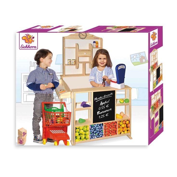 Speel voor kassière in deze houten winkel van Eichhorn. De houten balie is de perfecte basis voor al je winkelactiviteiten. Plaats je speelgoed in de achterwand met en stal je eigen speeleten in de op de fruitvakken op de voorzijde. Op het krijtbord noteer je de openingstijden en speciale aanbiedingen. Met de klok op de achterwand geef je de tijd aan. Gebruik je fantasie of de kassa en het speeleten van Eichhorn (apart verkrijgbaar) en help de klanten met hun boodschappen. Spelen met de…