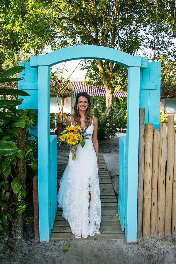 Casamento na praia - Trancoso Bahia - Vestido de renda, alcinha e fenda ( Vestido de noiva: Carla Gaspar | Foto: Ernandes Alcantara, Marcus Cambraia e Fernanda Souto )