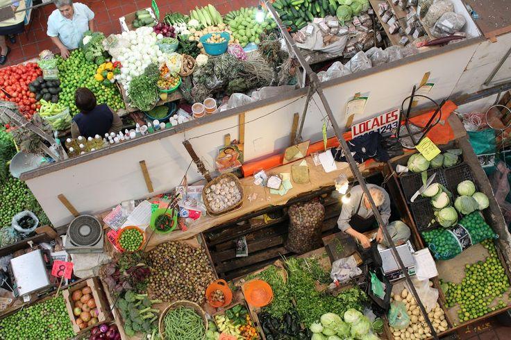 """from Guadalahara,Mexico""""Mercado Ribertado""""メキシコ中部グアダラハラのリベルタ市場の野菜売り場。同じような野菜を同じように売っている、同じような八百屋さんが所狭しと並んでいる。瑞々しい、いかにも美味しそうな野菜も勿論あるけれど、日本のスーパーで整然と並んでいる野菜に比べれば、そのほとんどが不格好で、野暮ったい。けれど…"""