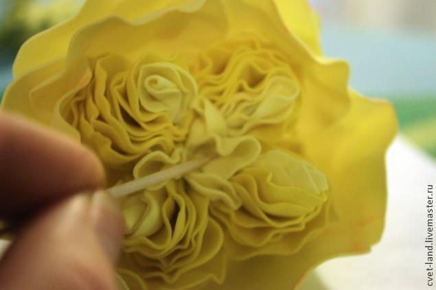 Сегодня я хочу поделиться с вами своим опытом создания пионовидной розы, а вдохновение для работы мне подарило вот это чудесное фото. Хочу попросить прощение за качество фотографий, потому как они были сделаны при ужасном освещении, пока ребенок спал. Если какие-то моменты упущены и не понятны - я с удовольствие отвечу на любые вопросы. Итак, нам понадобится: -фоамиран двух оттенков желтого и зеленого цвета -пистолет для горячего клея и сам клей (я пробова…