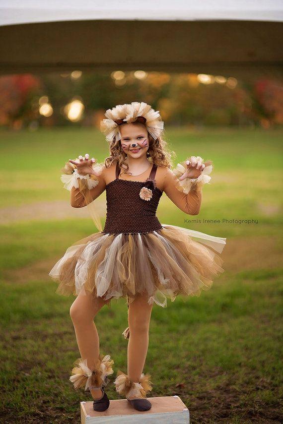 Su pequeña dama se verá absolutamente adorable en este vestido de tutu disfraz de León que incluye juego diadema con orejas. Un regalo perfecto para la niña que le encanta jugar vestido para arriba, para una fiesta de Halloween, truco o tratar, sesión fotográfica, eventos de vacaciones o simplemente jugar vestido para arriba!  * El listado es para diadema y vestido solamente.  Este marrón, oro y tan León traje características 2 completas capas de tul atadas a un top de crochet elástico con…