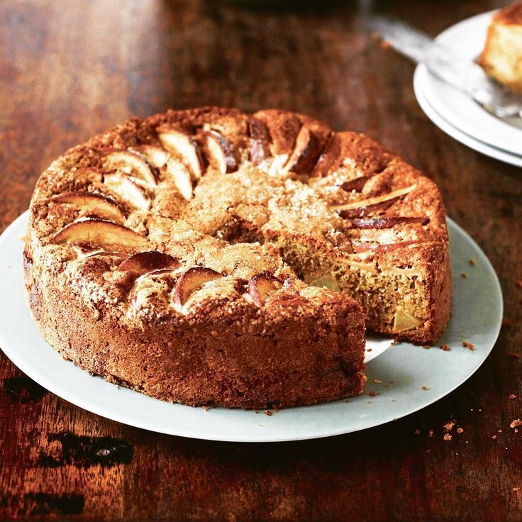 """Das Rezept für den wunderbar herbstlichen Apfel-Roggen-Cidre-Kuchen stammt aus dem brandneuen Kochbuch """"Sammeln Ernten Kochen"""" des britischen Kochs Gill Meller vom Restaurant River Cottage in Axminster und ist im Knesebeck Verlag erschienen... So darf der Herbst kommen! Link in Bio! .  .  .  @knesebeck_verlag @gill.meller #apfelkuchen #rezept #recepie #applecake #sundaycoffee #bestcake #gillmeller #knesebeckverlag #cremeguides @cremeguides"""