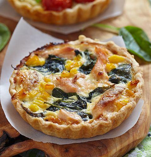 Традиционный французский открытый пирог с начинкой из нежной семги, сладкой кукурузы и полезного шпината. Деликатный сливочный соус и ароматный сыр делают вкус блюда еще более изысканным.