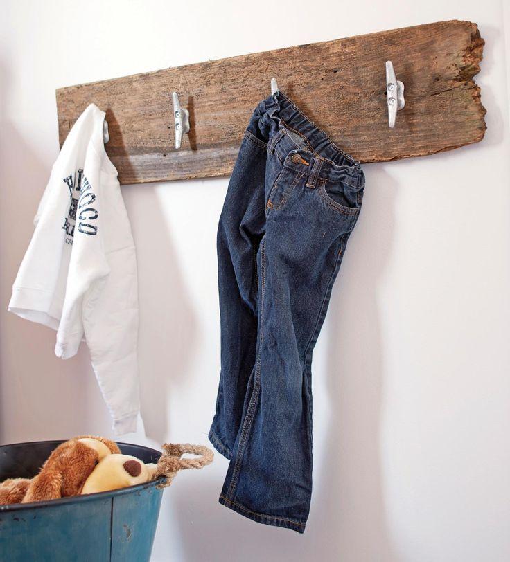 4- patère en bois fixée au mur       taquets de bateau sur une planche en vieux bois de grange
