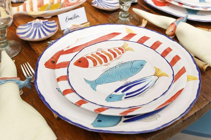 Aprofusão de cores, os itens, os acessórios e os peixes mais lindos representados com perfeição na maioria das peças da Coleção Pescepermitem infinitas combinações. Em nossa mesa, exploramos toda aColeção e montamos cada lugar à mesa com sousplat, prato raso, prato de sobremesa, que, juntos,são imbatíveis.