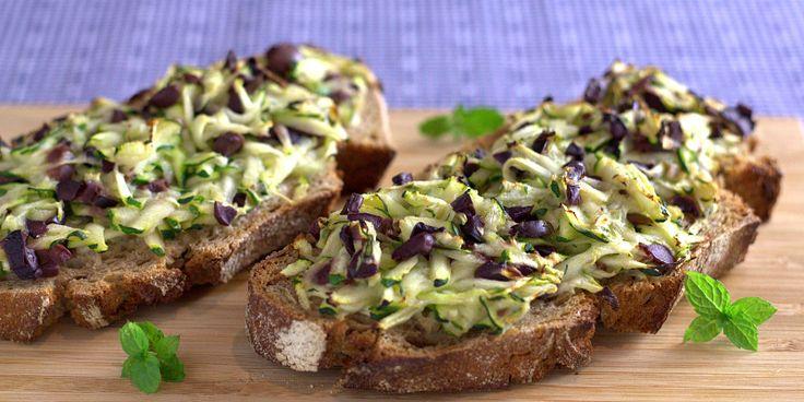 Forkæl dit brød med en lidt anderledes bruschetta-topping, der er lige så lækker som den er hurtigt lavet.