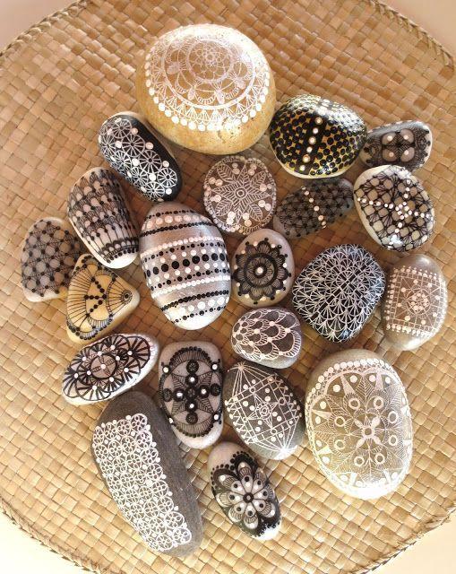 Piedras pintadas: Crochet / Painted stones: Crochet - http://www.diyhomeproject.net/piedras-pintadas-crochet-painted-stones-crochet