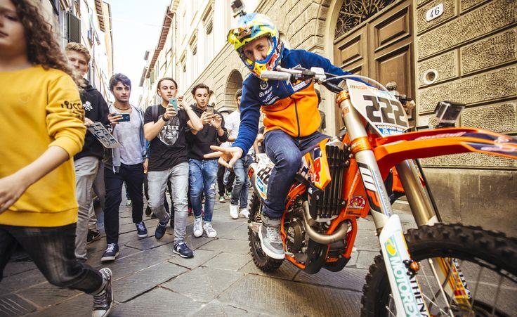 Antonio Cairoli scortato dai Fan della Libertà verso il palco del Lucca Comics