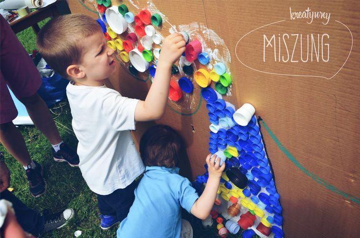 Mural z plastikowych nakrętek