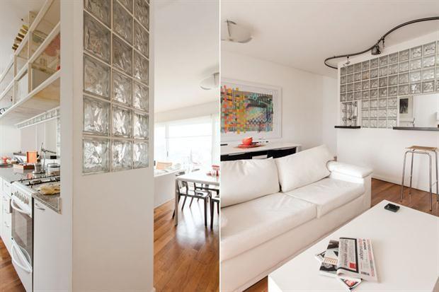 ¿Cómo hago para delimitar una cocina integrada?  Para permitir la entrada de luz natural, en este departamento se optó una pared hecha con ladrillos de vidrio.         Foto:Archivo LIVING