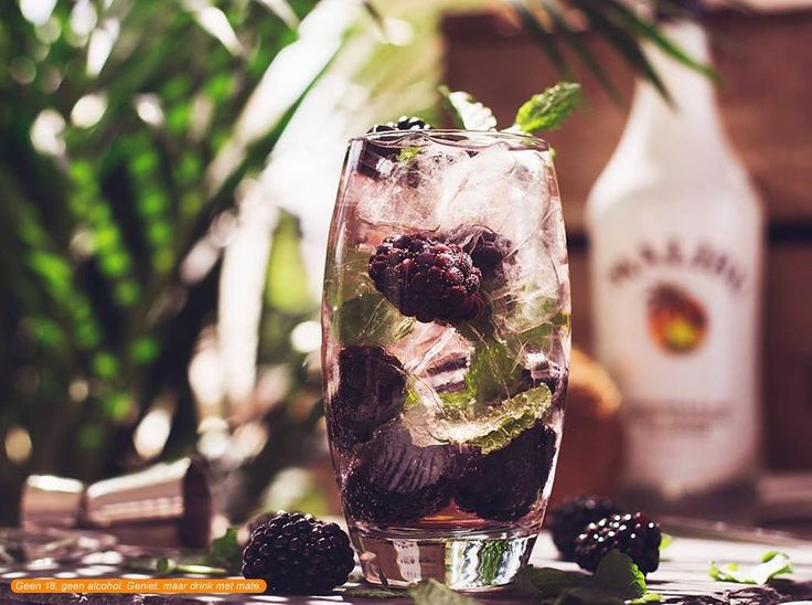 Instagram:malibu_rumnl  Nom nom nom! Malibu met bramen en munt. Ga jij deze mix uitproberen? #maliburum #drinks #cocktails  Recept: - 50 ml Malibu - 100 ml Spa rood - handje bramen - paar blaadjes munt - IJsblokjes  Doe de ijsblokjes in een glas. Mix de Malibu met de Spa rood in het glas en gooi de bramen en de munt er bij. Roer het geheel door elkaar en enjoy!