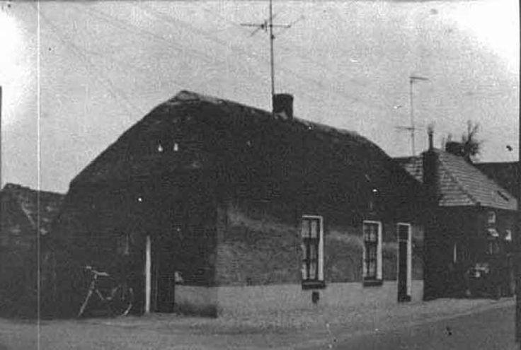 """Vervlogen tijden De Retstraat in Beneden-Leeuwen: huisje van opa en oma Burgers.( met de fiets van """"ome Nul"""" voor de deur!!)"""