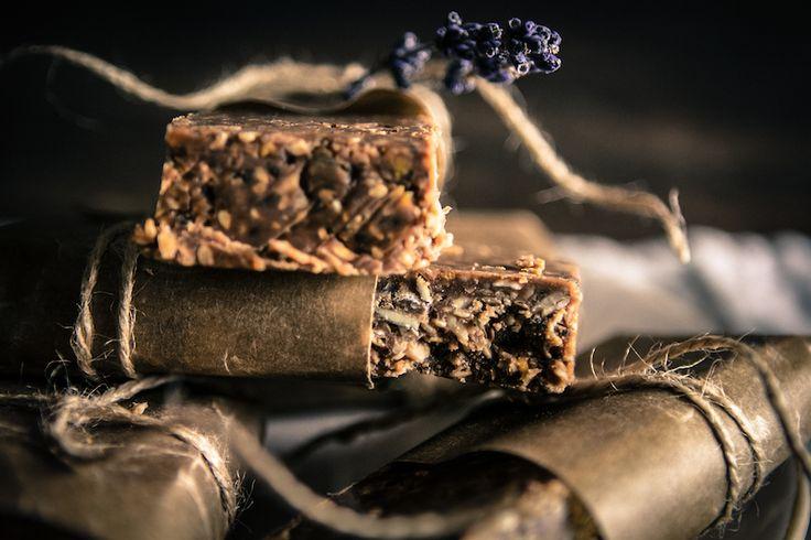 Torkkuja ja nokkosia: Proteiinipatukat maapähkinävoista ja siemenistä