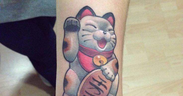 Artista Tatuador: Mimi. Tags: categorías, Neotradicional, Motivos japoneses, Maneki-Neko, Animales, Felinos, Gatos. Partes del cuerpo: Antebrazo, Muñeca.