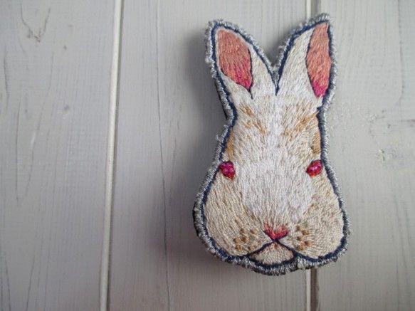刺繍ブローチ alice(うさぎ)