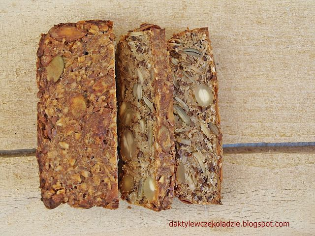 daktyle w czekoladzie:chleb składający się z samych ziaren, bez mąki, zakwasu czy drożdży