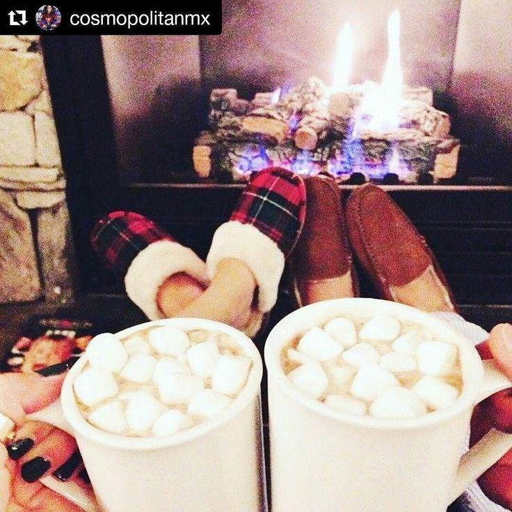 Con este frío me parece la opción más deli.  Chocolate caliente bombones calor humano fogata una peli romántica pijamas riquísimas los peludos tú y yo. No sé piénsalo @chegarit0  #winter #pijama #chocolate #malvavisco #bombones #bombom #fire #fogata #pantufla #pantuflas