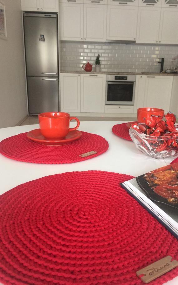 Ensemble De 4 Napperons Au Crochet Sets De Table Rouge Ronds Etsy Crochet Table Mat Crochet Placemats Crochet Kitchen