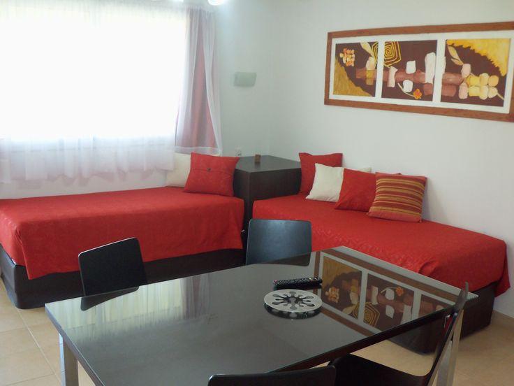 """Living Comedor con mesa rectangular y 4 sillas,  dos somier de una plaza, Ventilador de techo. LCD 32"""" con servicio de video cable. Internet WiFi #ApartCarlosPaz"""