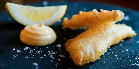 Fritert fisk - Med denne r�ra blir fisken fritert som du kjenner den i fish 'n chips. Helt suveren...