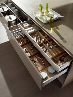 Käytännöllistä kerroksellisuutta keittiön vetolaatikostoissa. Tällä ratkaisulla samaan tilaan enemmän säilytyspintaa ja vähemmän otinten kaivelua toistensa alta.
